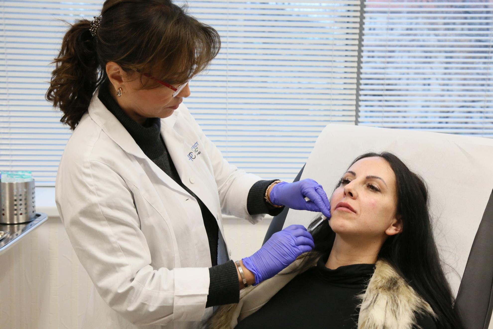 MUDr. Terzijská při aplikaci injekčních výplní na bázi kyseliny hyaluronové