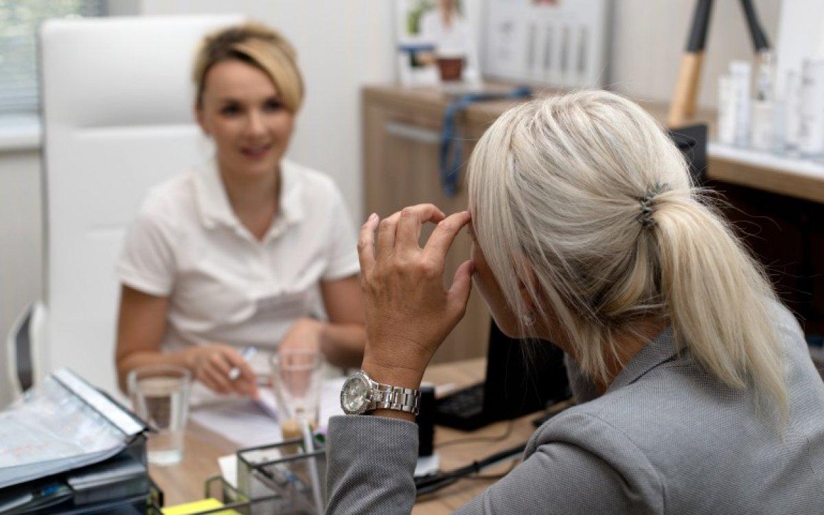 Wussten Sie, wie man Hautprobleme bei Frauen in den Wechseljahren behandeln kann?