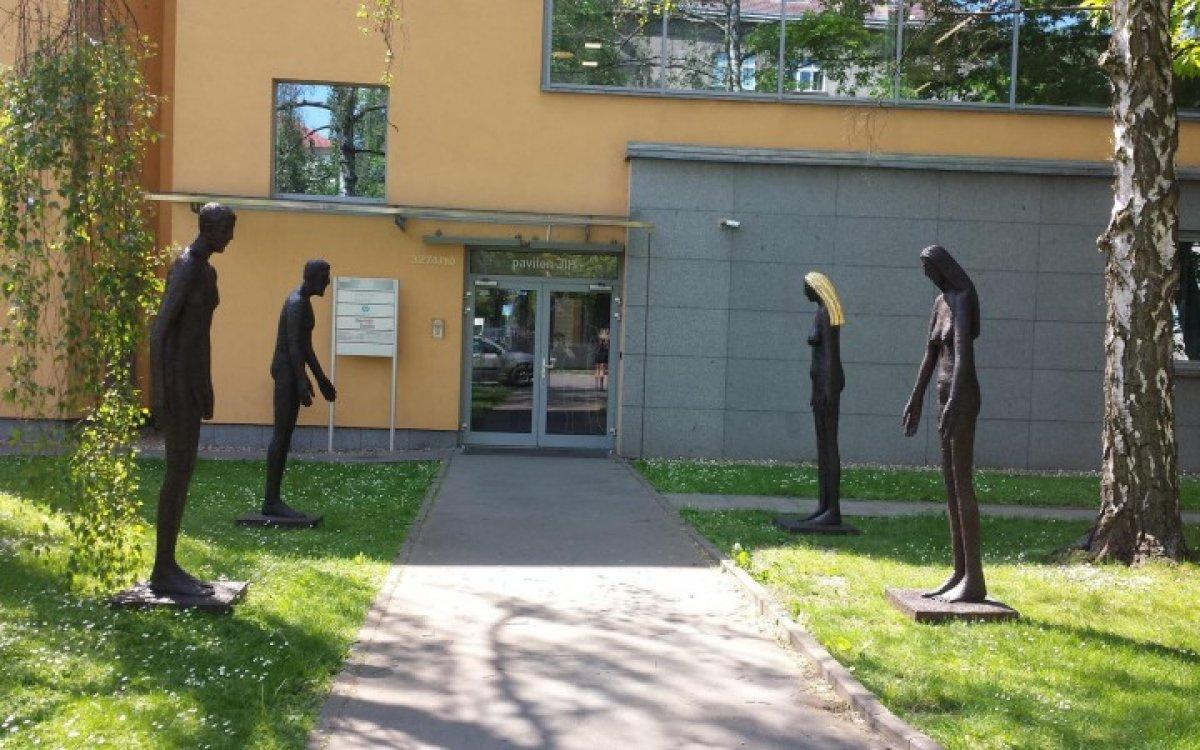Sochy Olbrama Zoubka zdobí vchod do Perfect Clinic